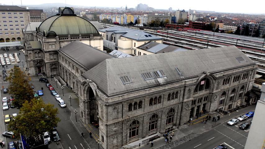 Er ist einer der wichtigsten und bekanntesten Orte in ganz Nürnberg und natürlich erster Anlaufpunkt für Bahnreisende: der Nürnberger Hauptbahnhof. Dank seiner markanten Kuppel ist er bereits von weitem zu erkennen und bietet, zusammen mit der Kuppel des nahe gelegenen Opernhauses, ein schönes Panorama. Ruhe herrscht hier allerdings so gut wie nie:  Mit täglich knapp 140.000 Reisenden steht er auf Platz zehn der am meistfrequentierten Bahnhöfe Deutschlands.