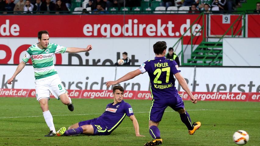 ... gefühlt die komplette Freiburger Hintermannschaft, um dann überlegt flach einzuschieben. Der Ausgleich!