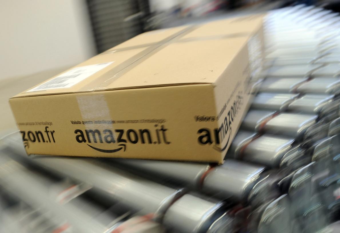 Ein Paket rollt im Amazon Logistikzentrum in Rheinberg über ein  Transportband.