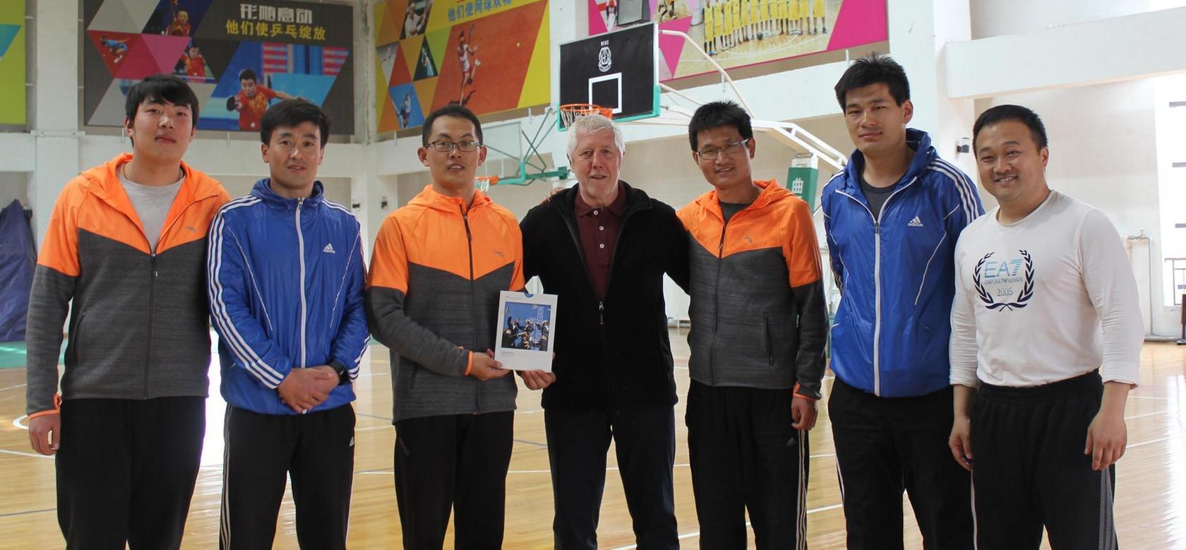 """Bei einer Begegnung mit Kollegen der Fachschaft Sport an einer chinesischen """"oberen Mittelschule"""" konnte Gymnasiums-Schulleiter Bernd Lohneiß Erfahrungen austauschen."""