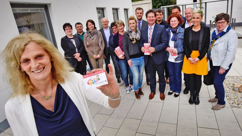 Anita Dengel (links) organisierte die Neuauflage der Familienkarte. Diese wurde jetzt von OB Thumann (vordere Reihe, M.), zweiter Bürgermeisterin Gertrud Heßlinger (3.v.re.) und den Kooperationspartnern vorgestellt.