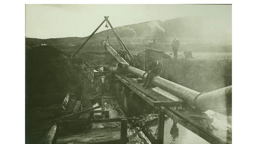 Man sperrte die Altmühl in einen engen Kanal ein. Hier wird 1914 eine eiserne Unterführung eingebaut.