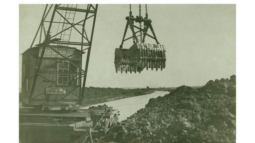 Mit diesem Greifbagger erfolgte 1916 ein Altmühl-Durchstich. Durch das Abschneiden der natürlichen Fluss-Schleifen wurde die Altmühl in diesem Abschnitt um 20 Prozent verkürzt.