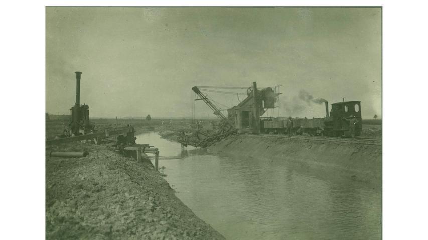 Kleine Förderbahnen waren im Einsatz, um das Material abzutransportieren, hier 1912 bei Lengenfeld. Trotz des großen Aufwandes: Die Maßnahmen hatten keinen Erfolg. Weil die Altmühl kaum Gefälle aufweist, floss das Wasser trotzdem nicht schnell ab. Es überflutete weiterhin die Talauen.