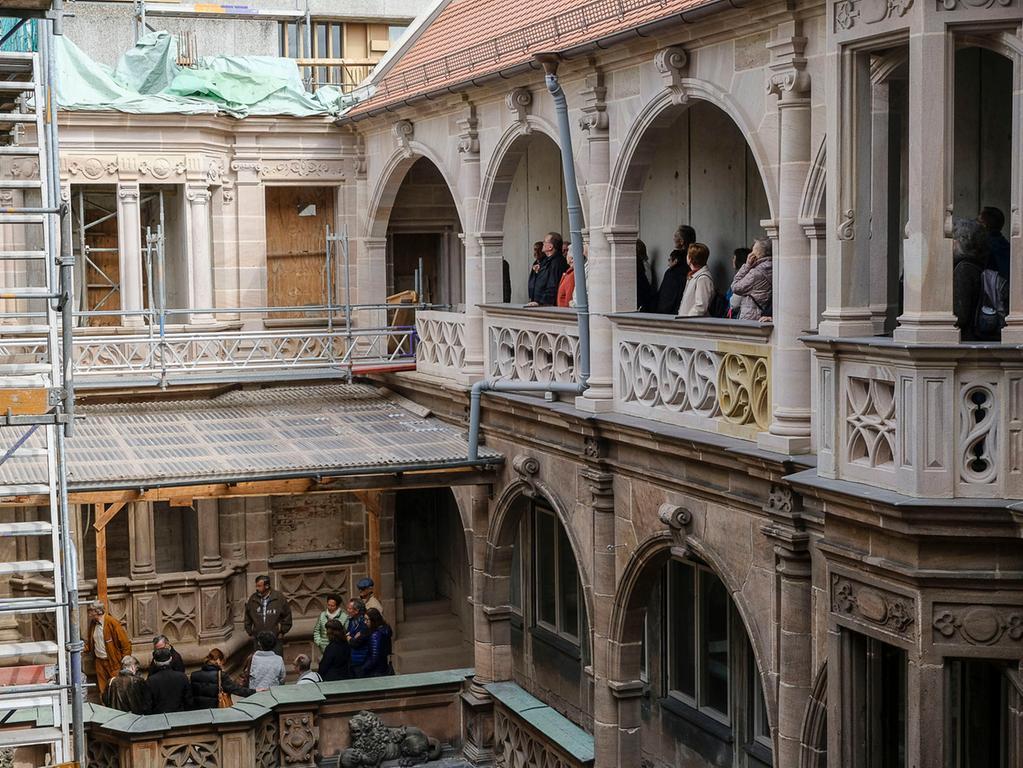 Lokales..Foto: Guenter Distler..Motiv: Baustellenbegehnung Pellerhaus; Fuehrung  der Altstadtfreunde ueber die Baustelle;