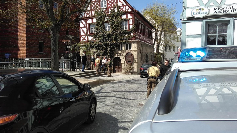 Einsatz in der Wiesentstraße: Ein 16 Jahre alter Junge, hier am Boden liegend, war nach dem Konsum von Kräutermischungen so benebelt, dass er ins Kinderklinikum nach Bamberg eingeliefert werden musste. Dort haute er ab.