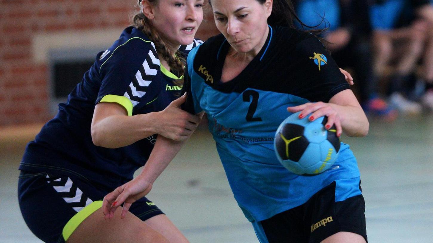 Martina Schwandner (rechts, HG/HSC Fürth) versucht, an der Roßtalerin Stephanie Eisgedt vorbeizukommen.