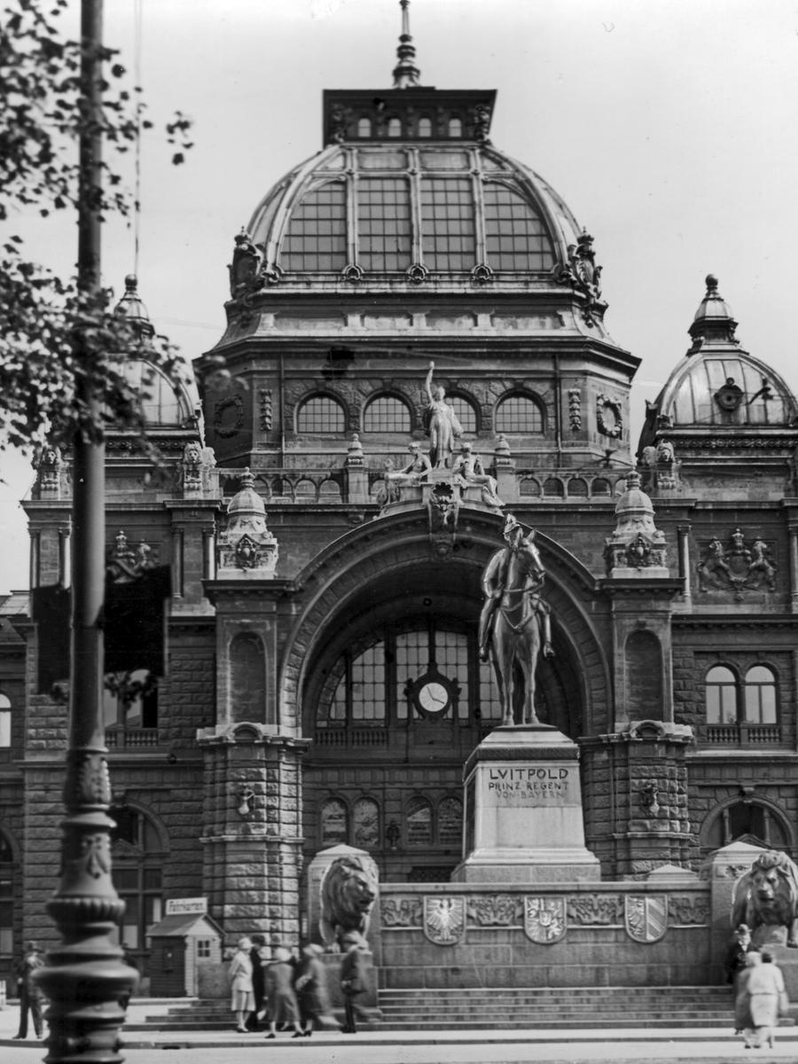 Zum 80. Geburtstag des Prinzregenten Luitpold von Bayern wurde 1901 vor dem Bahnhof feierlich ein Denkmal enthüllt. Doch es hatte nur kurz Bestand: Da es dem Verkehr im Weg stand, wurde es 1934 entfernt und schließlich im 2. Weltkrieg eingeschmolzen.
