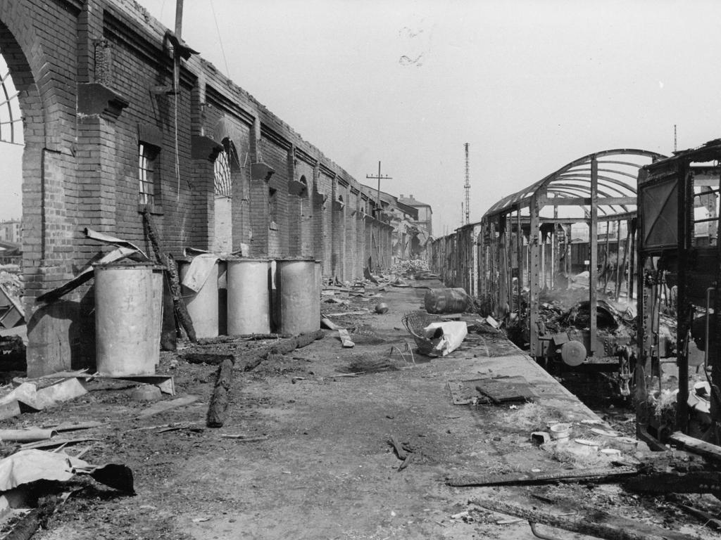 Der Hautptbahnhof selbst musste, wie so viele Gebäude in der Nürnberger Innenstadt, schwere Beschädigungen während der Bombardierungen im Zweiten Weltkrieg hinnehmen. Doch...