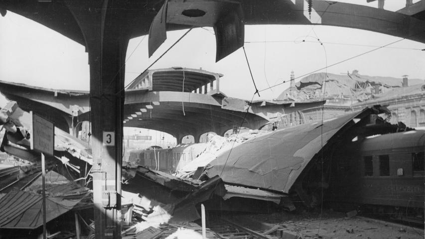 ...nicht nur das Bahnhofsgebäude, sondern auch die Gleisanlagen selber waren ein einziges Trümmerfeld. Aus diesem Grund musste der Bahnhof auch vom 16. bis 25. April 1945 für neun Tage stillgelegt werden.
