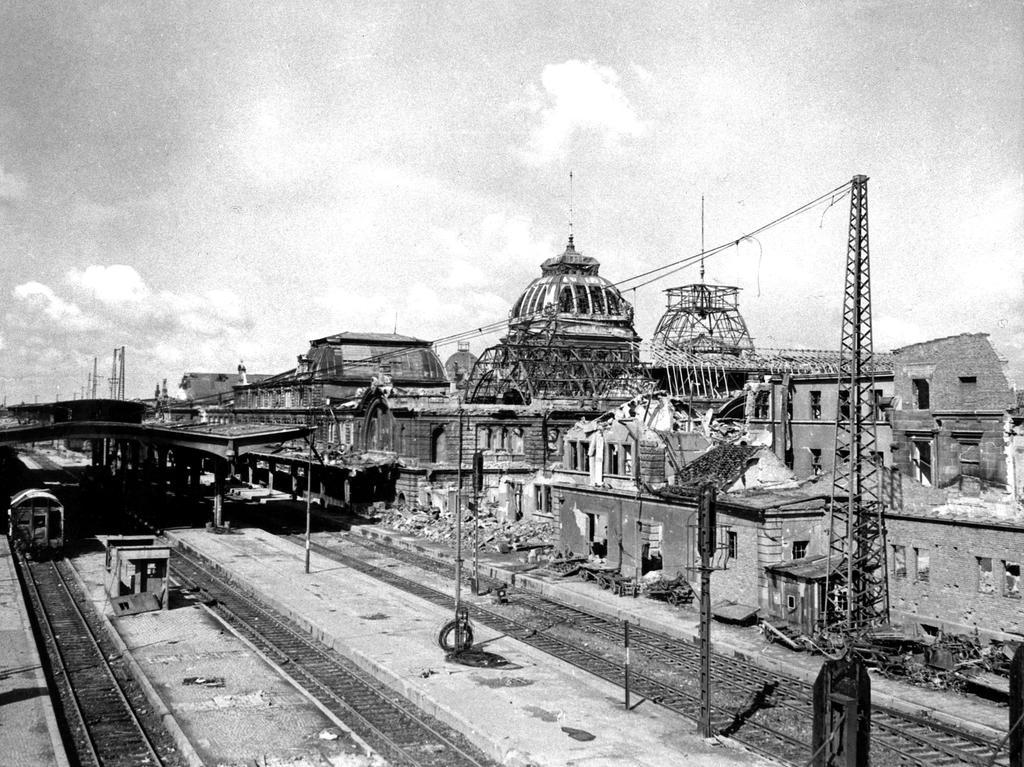 Der Wiederaufbau fand schließlich zwischen 1945 und 1956 statt. Jedoch fiel der Neubau aus Geldmangel bescheidener aus. Auch die Kuppel wurde wiedererrichtet, jedoch in weniger großzügigen Maßen.