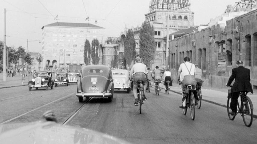 Dieses Bild zu Beginn der 50er Jahre zeigt noch gut, wie stark der Bahnhof beschädigt wurde. Während der Postbau im Hintergrund unbeschädigt dasteht, gleicht der Hauptbahnhof nebenan noch einem Provisorium. Erst 1956 konnten die aufwändigen Wiederaufbauarbeiten abgeschlossen werden.