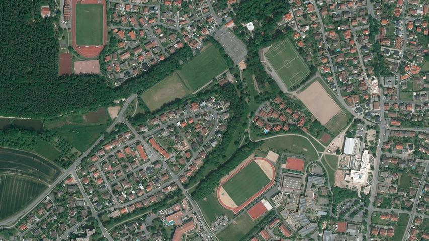 ... das Kerwagelände am Weihersbach zu erkennen ist (oben). Gut zu sehen auf diesem aktuellen Foto jetzt auch die Plätze des FC und des ASV, das Gymnasium und der HerzogsPark.