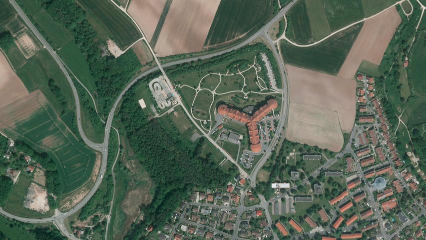 im Gebiet rund um die Reha-Klinik. Die Nordumgehung ist zu erkennen, auch der Weg, der (oben links) nach Welkenbach führt.