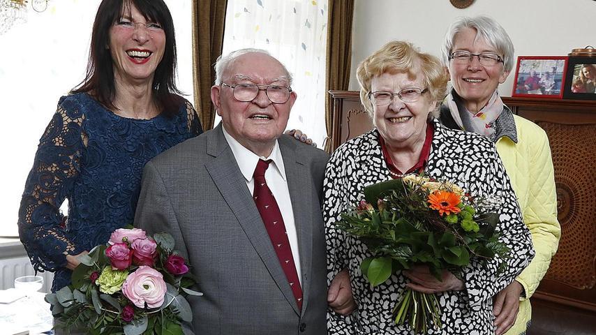 Ingeborg und Hermann Fehn feierten ihre Diamantene Hochzeit. Ingeborg 83, und Hermann 90, lernten sich in einem Zug kennen. Sie kamen von unterschiedlichen Orten in Italien und befanden sich auf der Heimreise. Amors Pfeil hat beide sofort getroffen. Zu ihrem Entsetzen mussten die Frischverliebten feststellen, dass er aus Erlangen stammte, sie hingegen aus Flensburg. Das war im Jahr 1954 eine echte Herausforderung. Sie konnten sich erst ein halbes später wiedersehen. Dabei verlobten sie sich. Das Reisen sollte ihre große Leidenschaft bleiben. Sie bereisten alle Erdteile und bemühten sich, die jeweilige Sprache vorher zu erlernen, besonders Französisch, Spanisch und Griechisch. Hermann Fehn ist Ehrenmitglied bei der Schülervereinigung Markomannia und beim TV 48. Er wird jeweils für 70-jährige Mitgliedschaft geehrt. Daneben schreibt er Gedichte, die bei den Geehrten immer großen Anklang finden und interessiert sich für Philosophie. Beim Einzug ins Wohnstift, in dem sie beide gerne wohnen, musste er aus Platzmangel mehrere 1000 Bücher weggeben. Es gratulierten zwei Kinder, zwei Enkel und zwei Urenkel. Auch Karin Thäter, die Stiftsleiterin, gratulierte zu diesem besonderen Ereignis.