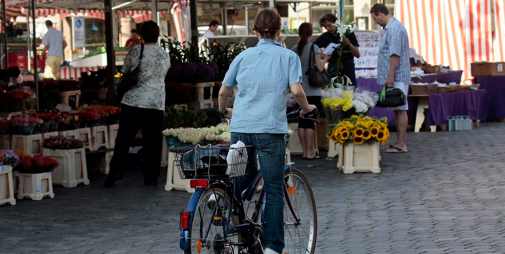 Das Radfahren über den Nürnberger Hauptmarkt ist probeweise für ein Jahr erlaubt.