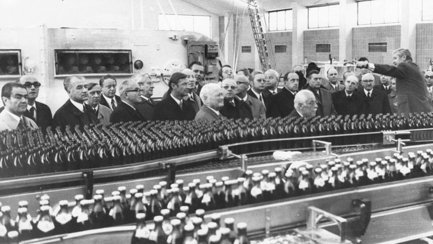 Die Zutaten vermischen und fertig - so einfach ist das Brauen zwar nicht, aber am Ende landet jedes Bier in einer Flasche, in einem Fass oder in einer Dose. Interessierte konnten im November 1971 die Flaschenabfüllanlage der fusionierten Brauerei Geismann-Humbser begutachten.