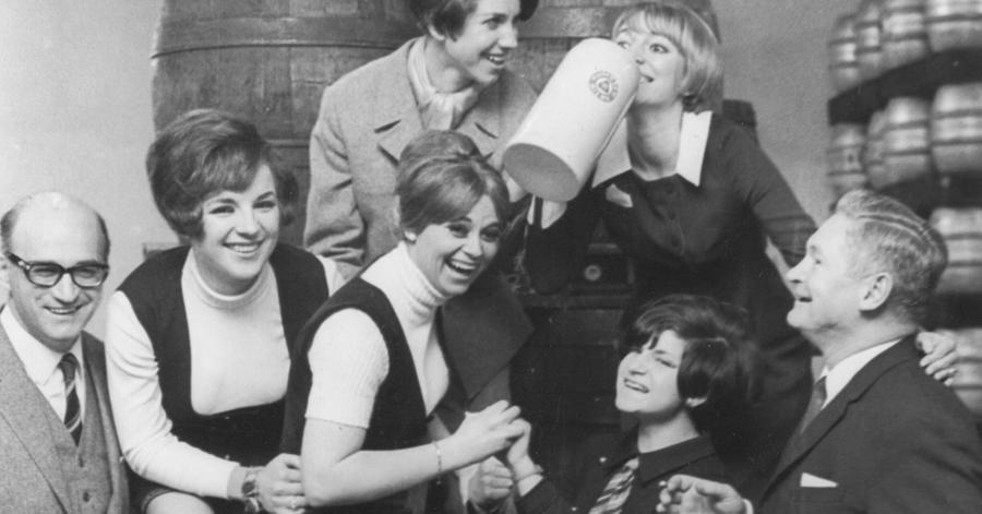 Die Mädchen der Nürnberg-Fürther Prinzengarde kosteten in den 1960er Jahren vom berühmten Poculator der Geismann Brauerei. Anlässlich des Jubiläums 500 Jahre Reinheitsgebot blicken wir auf die lange Brautradition Fürths zurück. In der zweiten Hälfte des 19. Jahrhunderts kristalisierten sich Geismann, Grüner, Humbser, Mailaender (später Bergbräu) und Evora&Meyer als die
