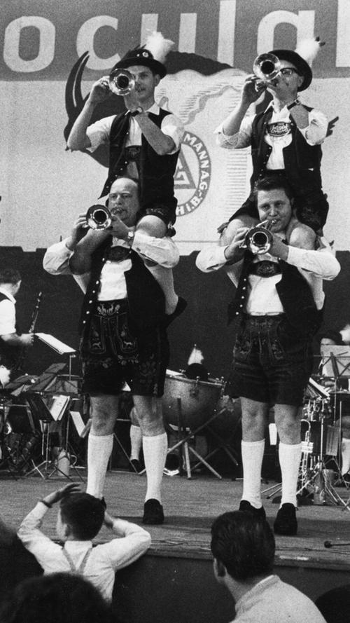 Für eine gute Stimmung im Geismannsaal sorgten im Ferburar 1967 Jakl Strobel und seine Blasmusiker. Seit diesem Jahr wird das Bier nicht mehr im Areal der Brauerei Geismann (Bäumen- und Schirmstraße) gebraut, sondern auf dem Gelände der Humbser Brauerei in der Schwabacher Straße.