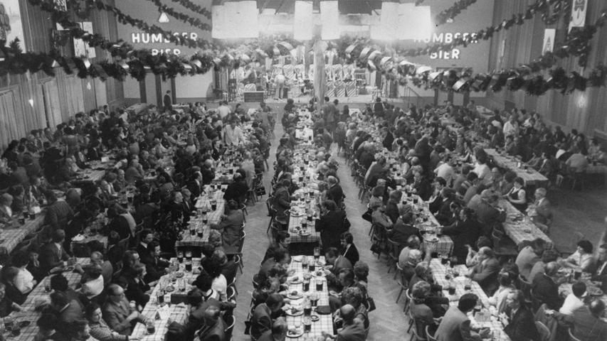 Die beiden Brauerein Humbser und Geismann schlossen sich 1967 zu einer Aktiengesellschaft zusammen. Der Schriftzug von Humbser, damals eine der ausstoßstärksten Brauereien in Fürth, wurde im Geismannsaal angebracht, in dem weiter Bockbierfeste stattfanden. Auch im März 1977 sind Feierfreudige herzlich eingeladen, die Poculatorzeit im Geismannsaal einzuläuten.