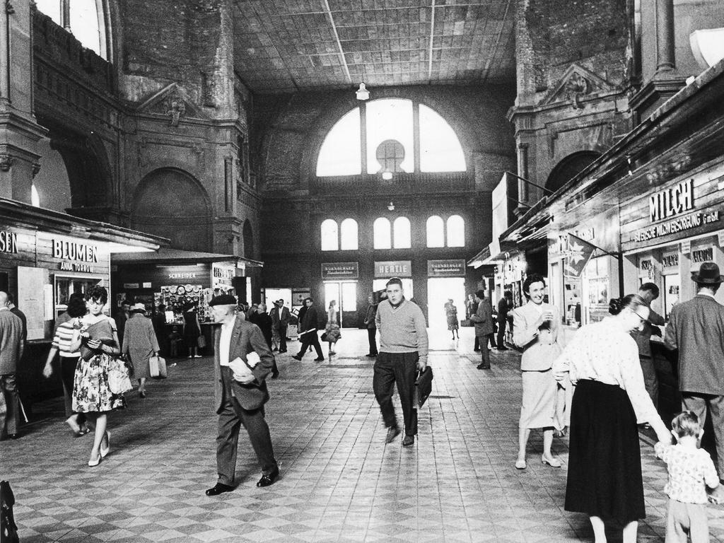 Zu Beginn der 60er-Jahre tat sich vor allem im Inneren einiges: Die Mittelhalle mit ihren Geschäften musste aufgrund der Schäden des 2. Weltkriegs mit einem Provisorium überdacht werden. Ein Blick von den Sperren in die triste Zugangshalle zeigt die Kioske im