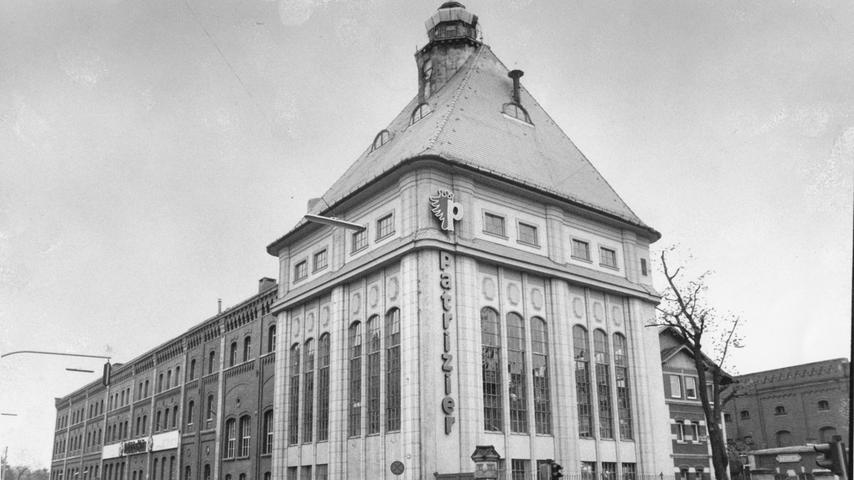1972 bildet sich unter Zusammenlegung von 16 Brauereien, darunter Geismann-Humbser und Grüner, der Einheitsgigant Patrizier Bräu.  Dahinter steht die Schickedanz-Gruppe. Sie erlangte bereits in den 1930ern die Mehrheit an der Geismann Brauerei, später auch an Humbser und Grüner. Zwei Jahre lang produziert die Patrizier Biere unter den bisherigen Brauereimarken, ab 1974 kommen sie unter dem Gruppennamen
