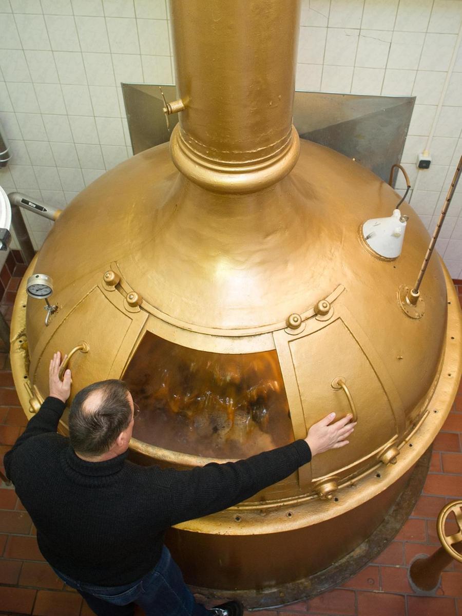 Michaeli (29. September) bis Georgi (23. April) – nur in diesem im Bayerischen Reinheitsgebot aufgeführten Zeitraum konnte wegen der niedrigeren Temperaturen einst Bier gebraut werden. Zudem mussten sich die Brauer meist auf obergärige Biere konzentrieren, die schon bei Außentemperaturen von 15 bis 20 Grad vergoren. Erst als Carl von Linde im Jahr 1876 die erste Kühlmaschine auf den Markt brachte, konnte das ganze Jahr über bei konstanter Temperatur gebraut werden. Und untergärige Sorten produzierten die Brauer nun auch außerhalb der Wintermonate.