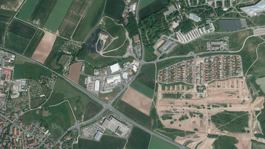 ... von der aus adidas seine neue Firmenzentrale entwickelt hat. Gut zu erkennen das Wohngebiet Herzo Base, die Outlets und die Deponie nördlich der Nordumgehung, südlich davon die Puma-Plaza.
