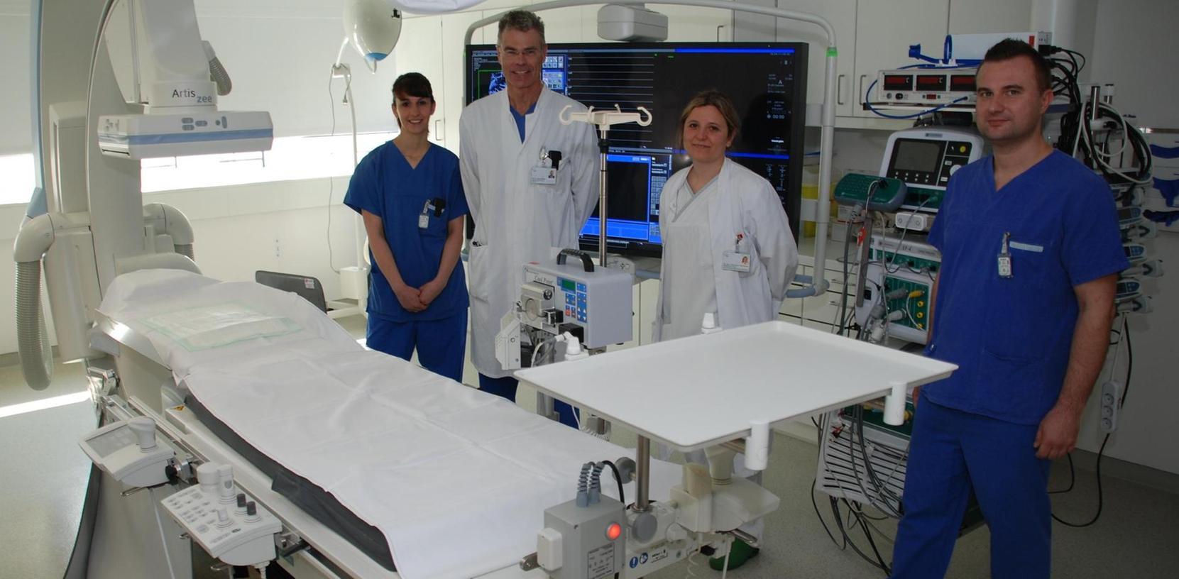 Stolz auf das neue Herzkatheterlabor (von links): Desiree Schumann (stellvertretende Leiterin Pflege), Chefarzt Dr. Harald Rittger, Oberärztin Laura Vitali-Serdoz und Assistenzkraft Selver Bradaric.
