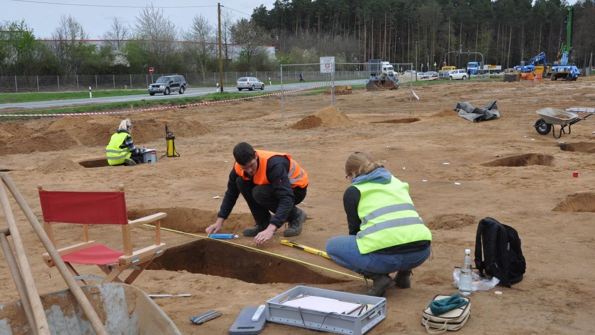 Ein Team von Archäologen gräbt derzeit direkt an der B14 (im Hintergrund ist die Abzweigung nach Speikern zu sehen) nach Überresten einer alten Siedlung. Diese stammt vermutlich aus der frühen Eisenzeit von 620 bis 450 vor Christus. Bislang, heißt es, wurden aber nur ein paar Keramikreste entdeckt.
