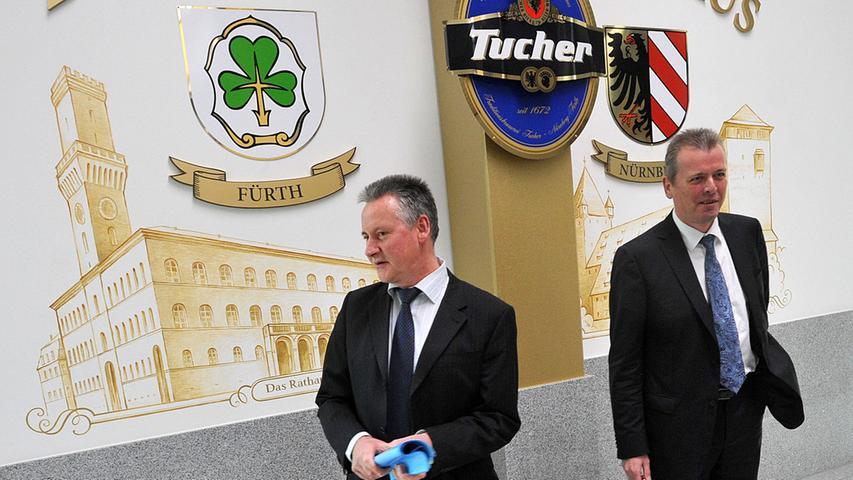 Zwei Städte, eine Brauerei: Vier Jahre nach der Eröffnung treffen sich die Oberbürgermeister von Nürnberg (Ulrich Maly) und Fürth (Thomas Jung) im Tucher Sudhaus. Die Linie zeigt die Stadtgrenze, das Sudhaus liegt genau darauf.