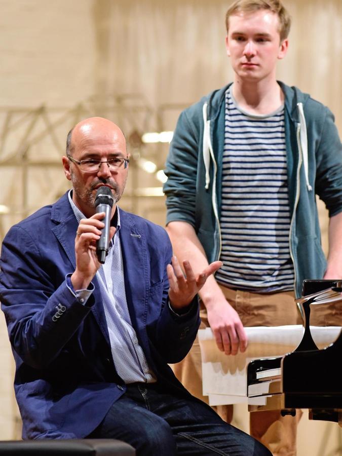 Lehrer Armin Schidlo kündigt den virtuosen Jungpianisten Sebastian Trautschold an.