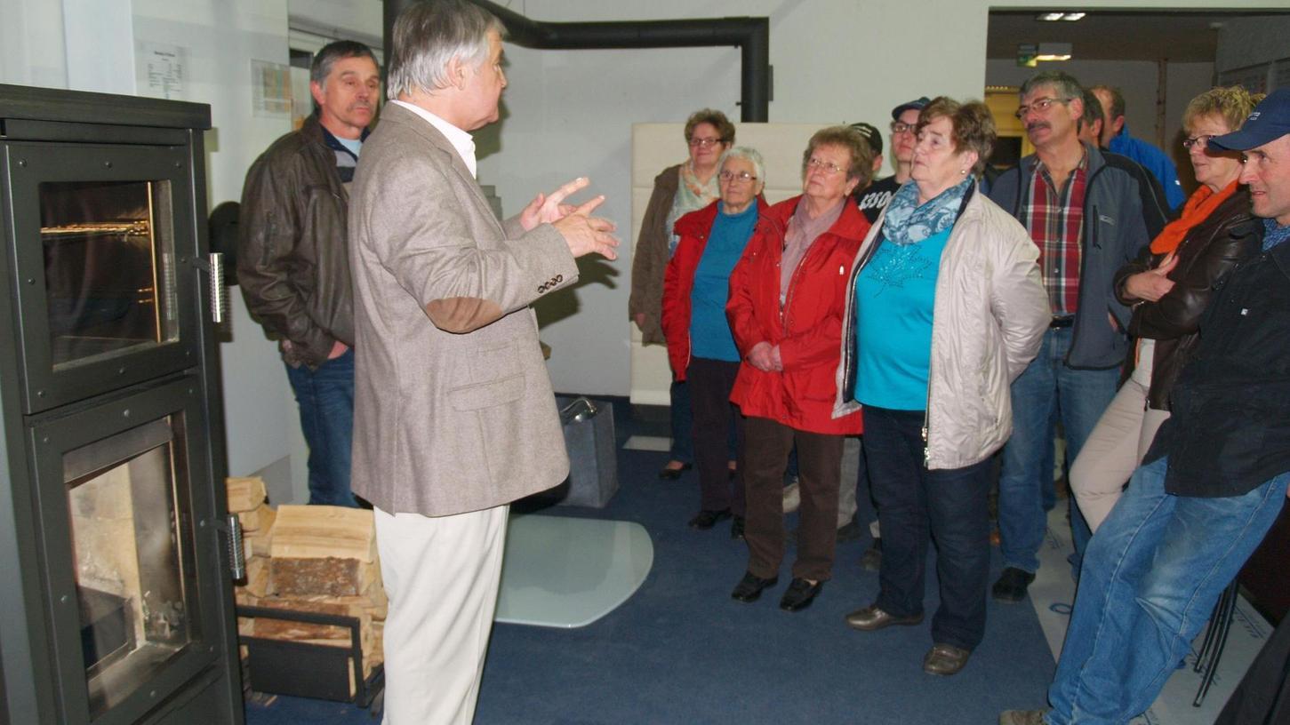 Fimenführung für VLF-Mitglieder bei der Firma Blank in Westheim: Seniorchef Max Blank (vorne) zeigt die verschiedenen Ofen-Modelle seines Betriebs.