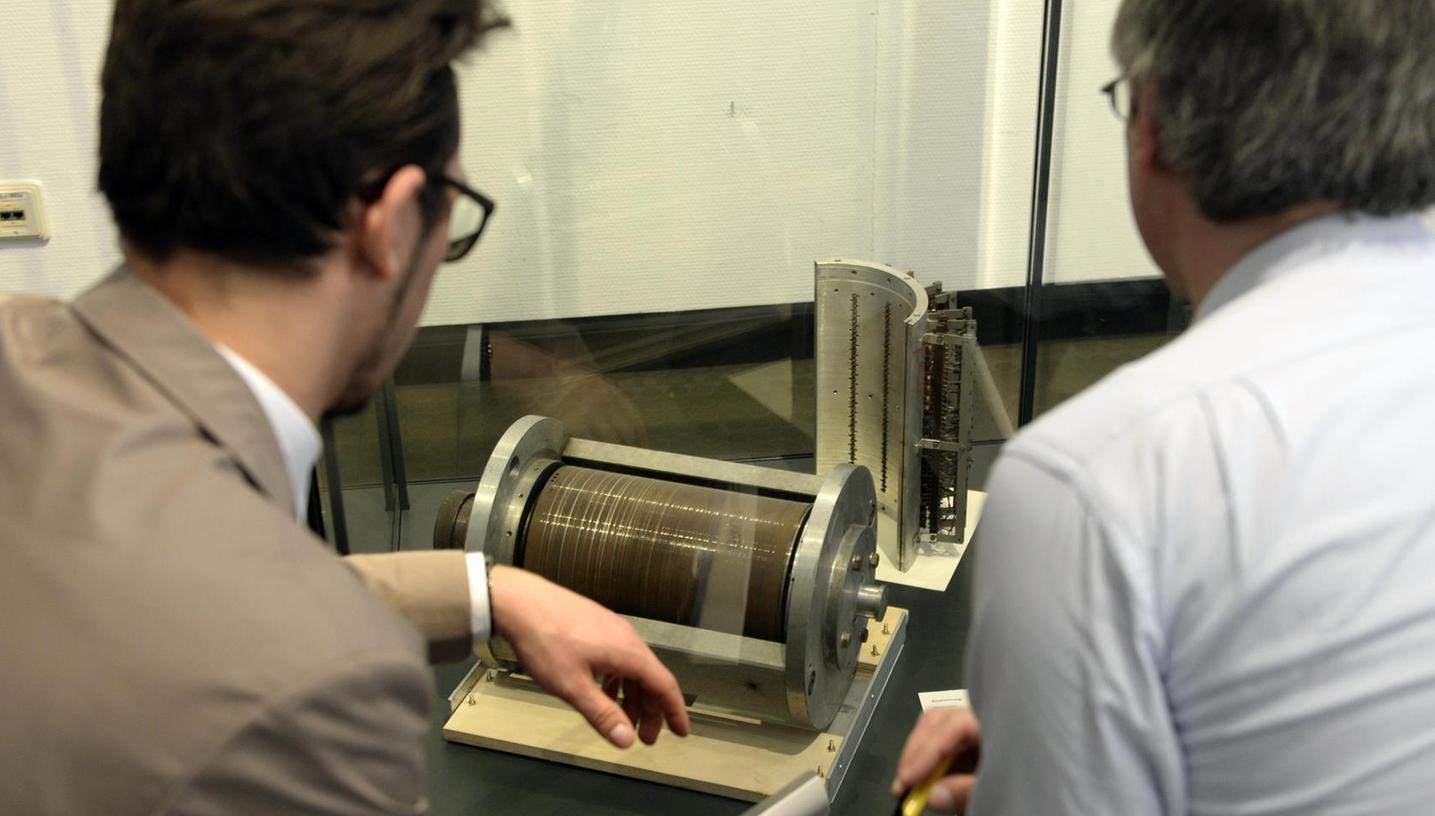 Spannend sind  Schriftstücke und technische Geräte, die in der Universitätsbibliothek die Geschichte des Datenschutzes rekonstruieren.