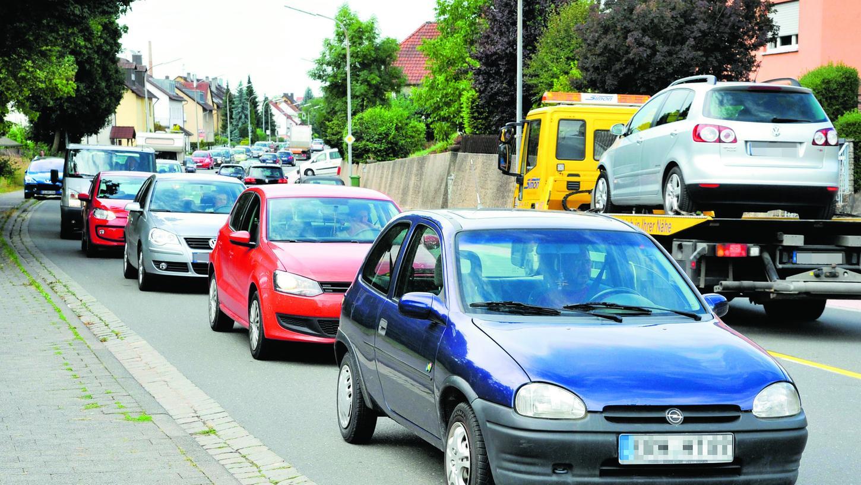 Stau auf der Bayreuther Straße, in diesem Fall von einer Baustelle verursacht. Die Befürworter der Ostspange der B 470 versprechen sich von der Umgehungsstraße eine spürbare Entlastung von Forchheim-Ost und Reuth.