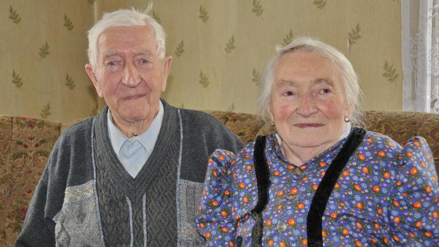 """Dass er 90 Jahre alt wurde, dass möchte Ferdinand Walz fast selbst nicht glauben. Dabei lebt er noch immer in seinem Heimatort Hetzles wo er am 13. April 1926 das Licht der Welt erblickte und niemals fort wollte. Nach der Schule und der Ausbildung als Landwirt arbeitete er in der elterlichen Landwirtschaft. Nach dem Krieg lernte er seine Frau in Gaiganz kennen, die er im Januar 1953 heiratete. Als die Landwirtschaft die Familie nicht mehr so ernähren konnte arbeitete er als Maurer bis zu seinem Ruhestand. Als Selbstversorger bewirtschaftete er zusammen mit seiner Frau weiterhin die Ackerflächen und hatte noch einige Kühe und Schweine zu versorgen. Der Soldatenkameradschaft gehört er seit 70 Jahren an und wurde dafür vor einigen Wochen als ältestes Mitglied besonders geehrt. An die Kriegszeit und die Zeit in englischer Gefangenschaft erinnert er sich nicht gerne da es keine schöne Zeit war. """"Das Leid der Menschen damals war groß"""", sagt er; und so genießt, er sobald die Sonne scheint, im Garten jeden Sonnenstrahl. Drei Kinder, fünf Enkel und zwei Urenkel wünschten ihm alles Gute. Stellvertretender Landrat Otto Siebenhaar wünschte dem Jubilar im Namen des Landkreises alles Gute, Glück und Gesundheit. Für die Gemeinde gratulierte Bürgermeister Franz Schmidtlein und die kirchlichen Segenswünsche überbrachte Kaplan Vincent."""