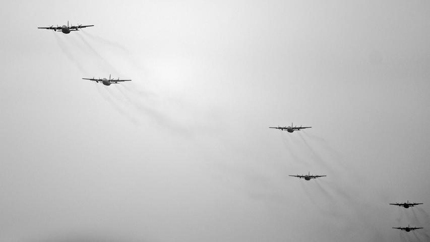 C-130 Hercules der US Air Force beim Anflug auf die Absprungzone nahe Höchensee.