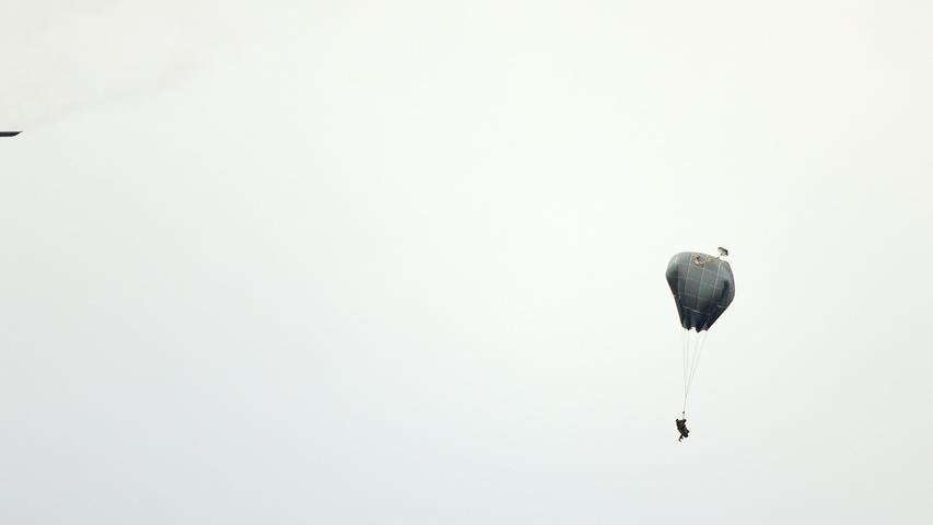 Fallschirmjäger beim Absprung aus einer C-130 Hercules der US Air Force.