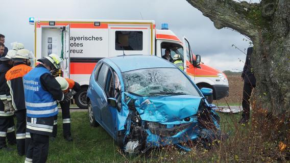 Frontal gegen Baum gekracht: Schwerverletzter bei Weißenburg