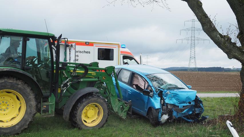 Weißenburg-Gunzenhausen: 58-Jähriger kracht mit Auto gegen Baum