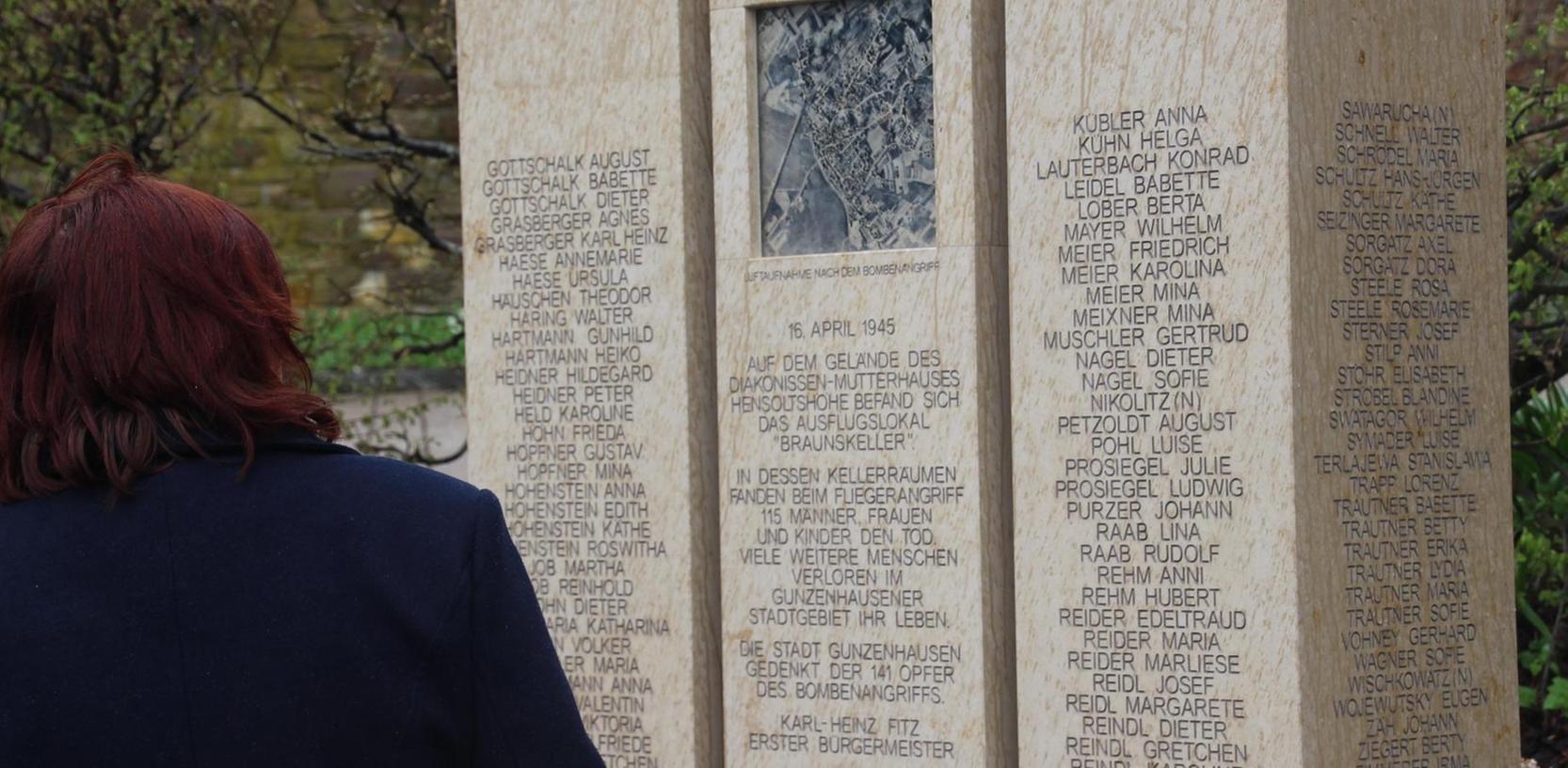 Die dreiteilige Gedenkstele befindet sich nahe der Zionshalle. In der Mitte ist ein US-Luftbild, dass das Ausmaß der Zerstörungen am 16. April 1945 verdeutlicht.