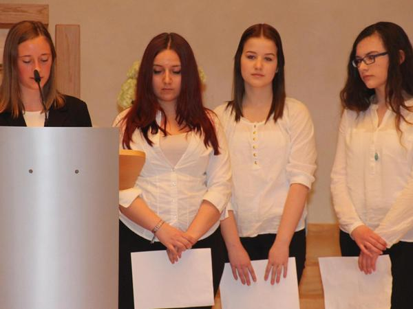 Vier Mädchen von der Realschule der Hensoltshöhe verlasen bei der Verantaltung im Bethelsaal des Gemeinschafts-Diakonissen-Mutterhauses die Namen der 141 getöteten Personen.