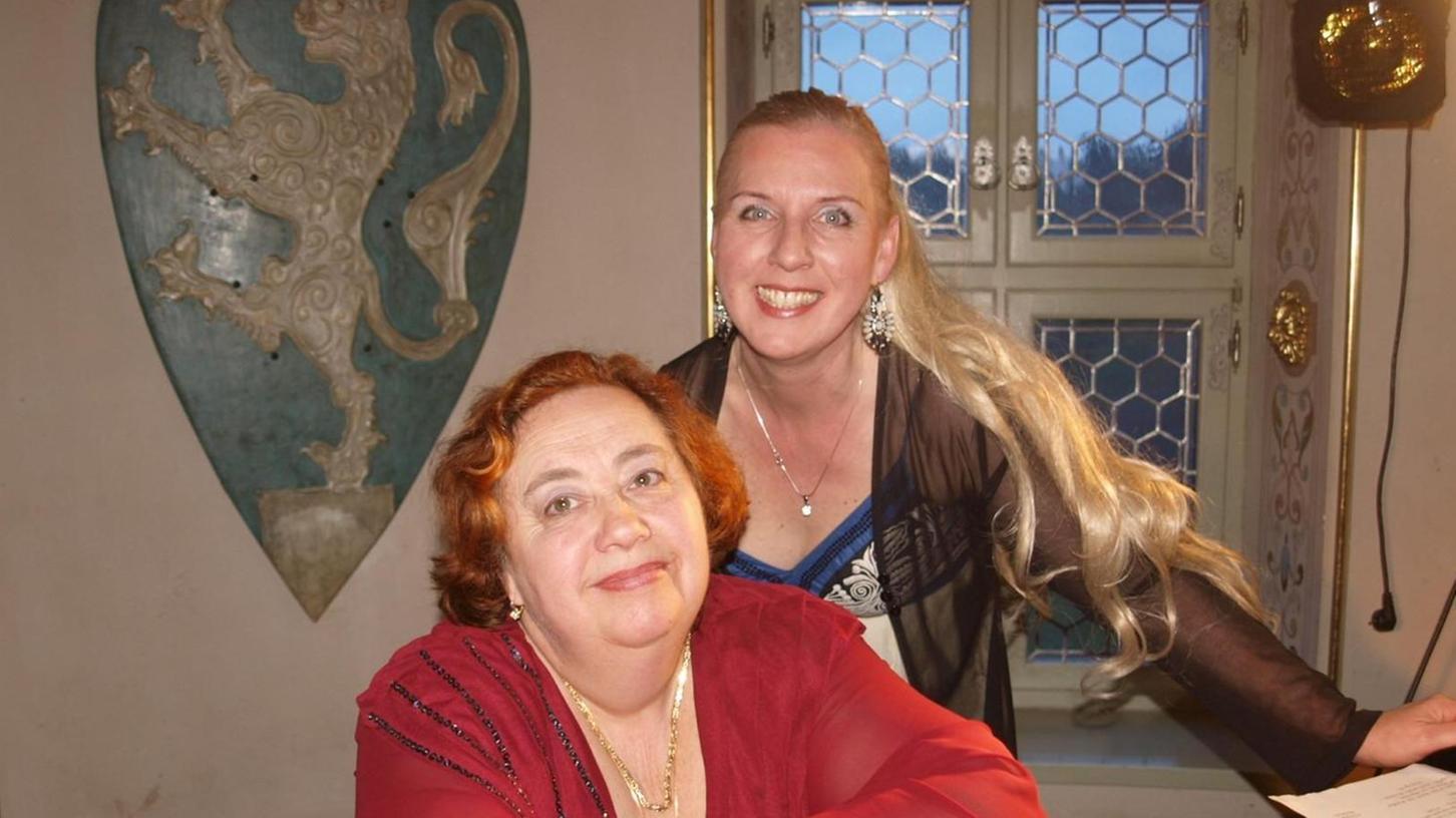 Die Pianistin Tatjana Shapiro (vorne) und die Sopranistin Cornelia Götz luden zum Operettendinner auf Burg Rabenstein.