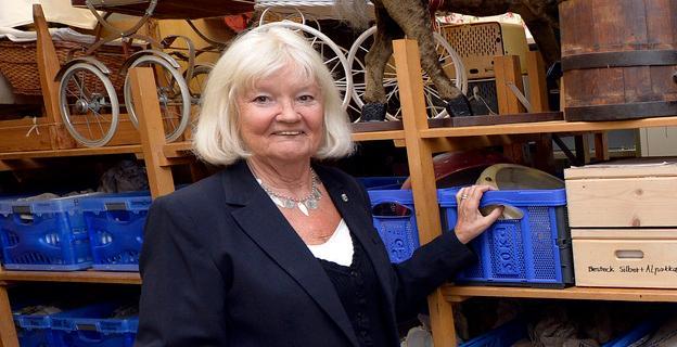 Die langjährige Leiterin des Museums im Amtshausschüpfla in Frauenaurach, Jutta Triantafyllidis, feiert am heutigen Montag ihren 80. Geburtstag. Dazu übermittelte ihr Oberbürgermeister Florian Janik die Glückwünsche des Stadtrates. Die aus Mannheim stammende Pädagogin war unter anderem als Kunsterzieherin beruflich tätig. Von 1970 bis 1999 war sie Lehrerin an der Frauenauracher Schule.  Seit über 25 Jahren ist sie maßgeblich am Aufbau des heimatkundlichen Museums im Amtshausschüpfla in Frauenaurach des Heimat- und Geschichtsvereins Erlangen beteiligt. Bereits 2002 zeichnete die Stadt Erlangen die Jubilarin mit dem kommunalen Ehrenbrief für besondere kulturelle Verdienste aus.