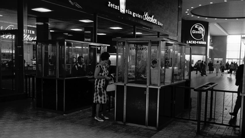 Aus Gründen der Sicherheit und Ordnung am Hauptbahnhof-Eingang wurden in den 60er-Jahren Kontrollpunkte gebaut.