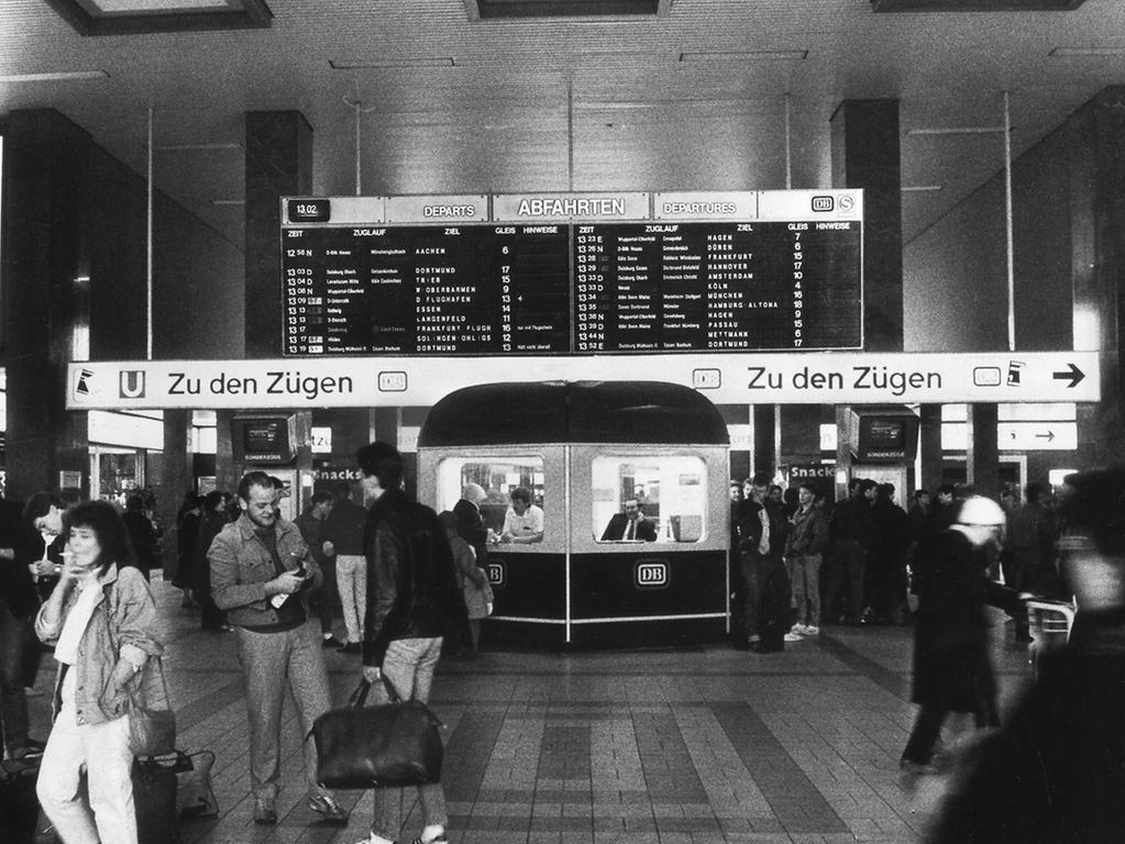 Der Ort wird Ihnen vielleicht bekannt vorkommen, aber der Info-Point der Deutschen Bahn hatte damals doch noch deutlich mehr Charme mit diesem witzigen