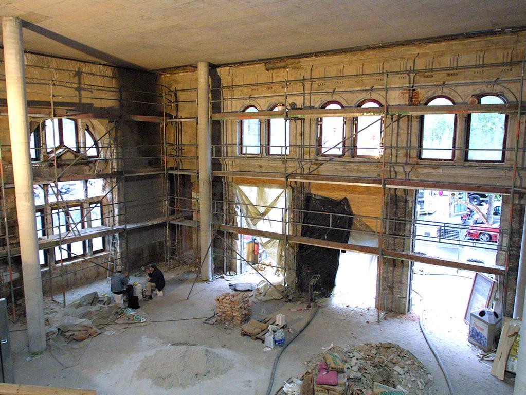 Nachdem Teile des Gebäudes entkernt wurden, konnte der gesamte Innenbereich modernisiert werden. Im Zuge dessen wurde durch den Einzug neuer Geschäfte die Attraktivität deutlich erhöht. Nach und nach wurden ab 2001 schließlich die einzelnen Abschnitte wieder freigegeben. Zunächst war die Mittelhalle an der Reihe (Oktober 2001), gefolgt von der Osthalle (November 2001) und dem Westflügel (März 2002). Abgeschlossen wurden die Arbeiten mit dem Einzug des DB-Reisezentrums in den Jugendstilsaal im Mai 2002. Die Arbeiten dauerten also zwei Jahre länger als geplant.