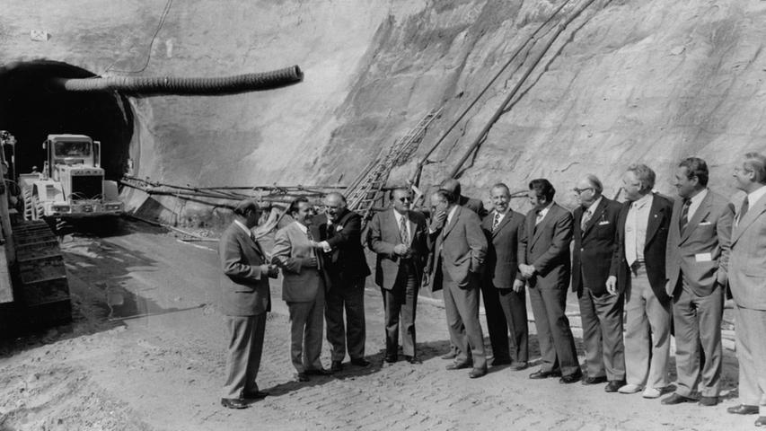 Diese Runde von CSU-Politikern war im September 1973 begeistert von den ersten Probebohrungen für den Brombachsee. Das gewaltige Bauprojekt war auf Initiative von Ernst Lechner am 16. Juli 1970 vom Bayerischen Landtag beschlossen worden.