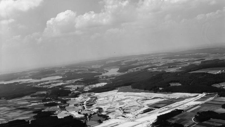 Wo im Sommer gebadet wird, herrscht im Winter frostige Ruhe: Der Brombachspeicher im Januar 1988.