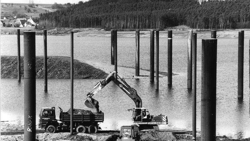 Gewaltige Pfeiler im Brombachsee: Hier entstand später die Hafenanlage Ramsberg.